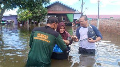 Photo of Dilanda Banjir Saat Lebaran, Yanmas Ansharu Syariah Samarinda Bantu Makanan Untuk Warga