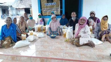 Photo of Peduli Lansia Dhuafa, Yanmas Ansharu Syari'ah Lumajang Bagikan Sembako