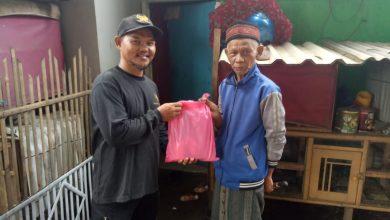 Photo of Bentuk Kepedulian, Yanmas Ansharu Syariah Singaparna Bagikan Bingkisan Makanan Untuk Warga